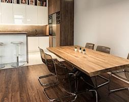 Apartament - Garnizon - Średnia otwarta biała jadalnia w kuchni, styl industrialny - zdjęcie od Autors.KA - Homebook