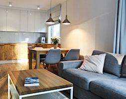 Mieszkanie - Gdynia Wielki Kack - Średnia otwarta biała kuchnia w kształcie litery u z oknem, styl skandynawski - zdjęcie od Autors.KA