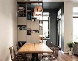 Apartament - Garnizon - Średnia otwarta biała czarna jadalnia w salonie, styl nowoczesny - zdjęcie od Autors.KA - Homebook