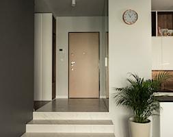Apartament - Garnizon - Duży biały czarny hol / przedpokój, styl nowoczesny - zdjęcie od Autors.KA - Homebook