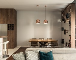 Apartament - Garnizon - Średnia otwarta biała czarna jadalnia w kuchni w salonie, styl nowoczesny - zdjęcie od Autors.KA - Homebook