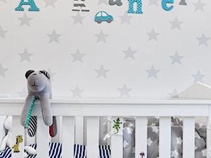 Mieszkanie - Gdynia Karwiny - Mały szary pokój dziecka dla chłopca dla dziewczynki dla niemowlaka, styl skandynawski - zdjęcie od Autors.KA