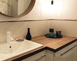Apartament - Garnizon - Mała szara łazienka w bloku w domu jednorodzinnym bez okna, styl nowoczesn ... - zdjęcie od Autors.KA - Homebook
