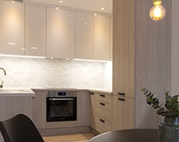 Mieszkanie I - Cztery Oceany Gdańsk - Mała otwarta biała kuchnia w kształcie litery u w aneksie, styl nowoczesny - zdjęcie od Autors.KA