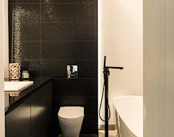 Apartament - Garnizon - Mała czarna szara łazienka w bloku w domu jednorodzinnym bez okna, styl no ... - zdjęcie od Autors.KA - Homebook