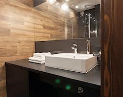 Apartament w Zakopanem w Ciemnych Barwach - Mała czarna łazienka w bloku w domu jednorodzinnym bez okna, styl rustykalny - zdjęcie od LEW ARCHITEKCI
