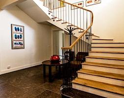 Średnie szerokie schody zabiegowe wachlarzowe drewniane betonowe, styl klasyczny - zdjęcie od 1A1.pl Architektura Wnętrz | projektowanie & aranżacja | Poznań