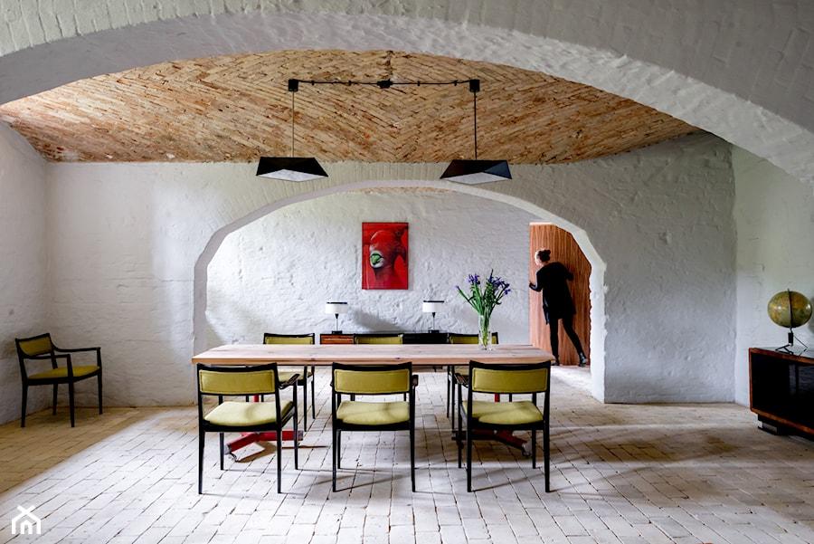 Duża zamknięta szara jadalnia jako osobne pomieszczenie, styl industrialny - zdjęcie od Loft Kolasiński