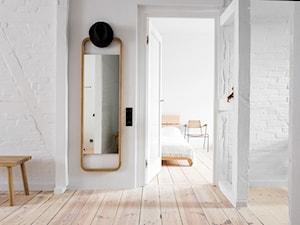Wakacyjny apartament w Międzyzdrojach - Mały biały hol / przedpokój, styl minimalistyczny - zdjęcie od Loft Kolasiński