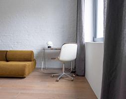 Dom przy parku - Małe białe biuro domowe kącik do pracy w pokoju, styl minimalistyczny - zdjęcie od Loft Kolasiński