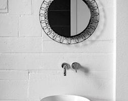 Wakacyjny apartament w Międzyzdrojach - Mała biała łazienka w bloku w domu jednorodzinnym bez okna, styl minimalistyczny - zdjęcie od Loft Kolasiński