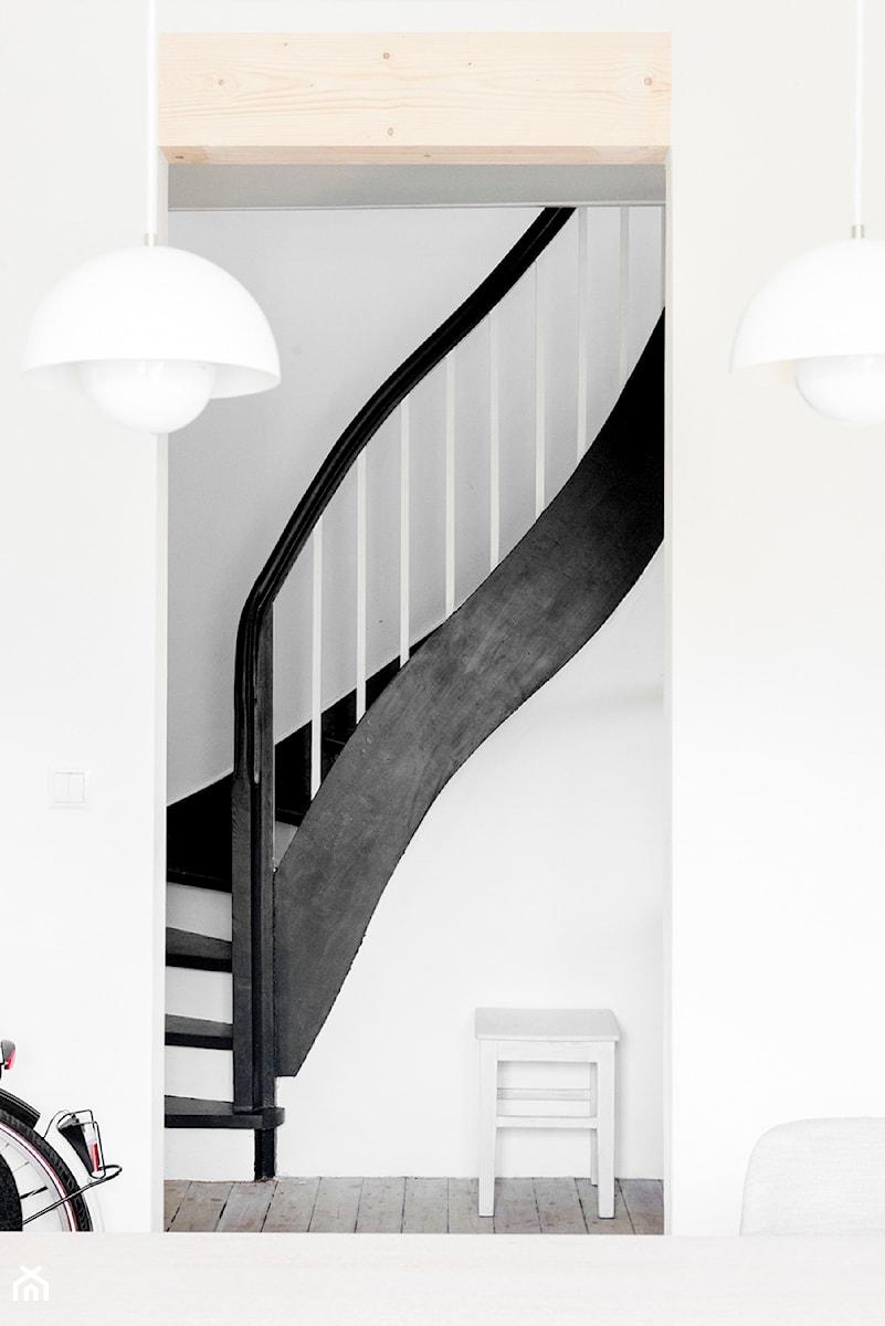 dom na pogodnie schody styl skandynawski zdj cie od loft kolasi ski homebook. Black Bedroom Furniture Sets. Home Design Ideas