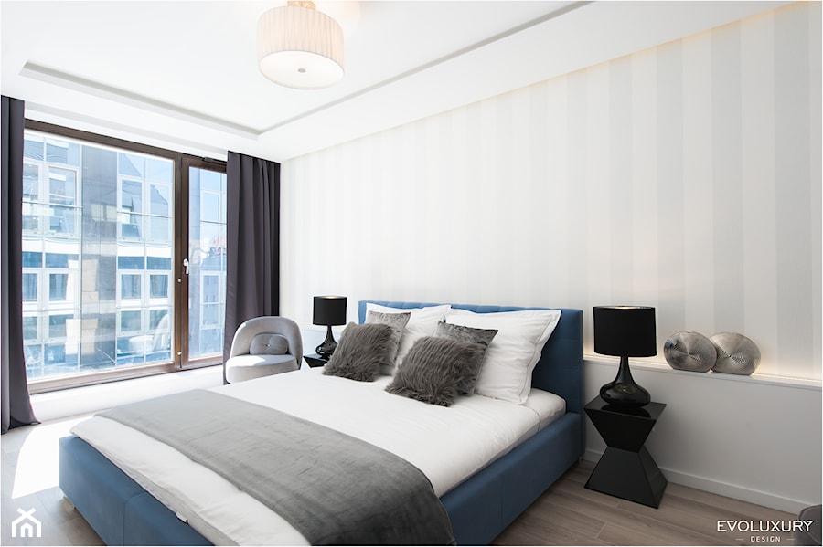 EVOLUXURY - BLUE ELEGANCE - Średnia biała sypialnia małżeńska z balkonem / tarasem, styl glamour - zdjęcie od EVOLUXURY DESIGN ARKADIUSZ JASKOLSKI