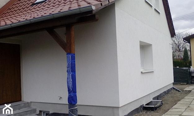 tynk mozaikowy przy fundamentach domu jednorodzinnego