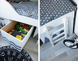 pokój małego chłopca - Mały szary pokój dziecka dla chłopca dla dziewczynki dla malucha - zdjęcie od Pracownia Projektowa Shekoku