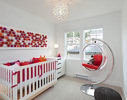 inne - Średni biały pokój dziecka dla dziewczynki dla niemowlaka, styl nowoczesny - zdjęcie od lola5