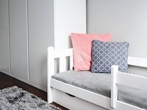 Pokój chłopca i dziewczynki, Koło - Średni szary pokój dziecka dla dziewczynki dla ucznia dla malucha dla nastolatka, styl skandynawski - zdjęcie od SAŁATA-Pracownia Architektury Wnętrz