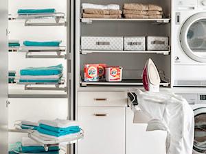 Showroom - Średnia biała łazienka w bloku w domu jednorodzinnym bez okna, styl nowoczesny - zdjęcie od PEKA