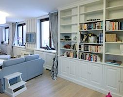 salon z bibliotekami - zdjęcie od Artystyczna Manufaktura - klasyczne meble na wymiar - Homebook