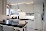 czarny kamienny blat w białej kuchni