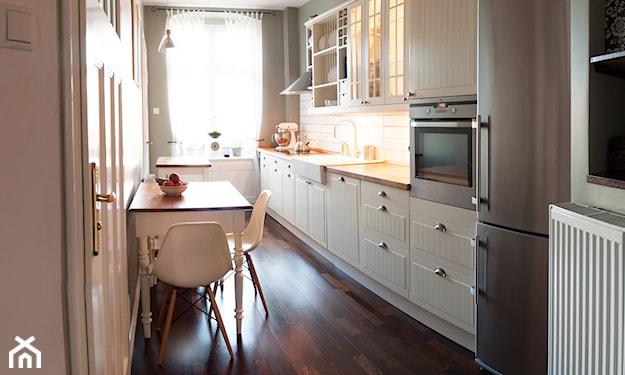 stół w wąskiej kuchni
