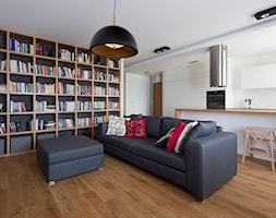 Mieszkanie na Białołęce - Średni biały salon z bibiloteczką z barkiem z kuchnią, styl nowoczesny - zdjęcie od Jacek Tryc-wnętrza - Homebook