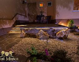 Schody z kamienia naturalnego wraz z oświetleniem - zdjęcie od TwojeMiejsce - Homebook