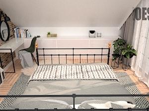 Tapeta las w sypialni - Średnia beżowa biała sypialnia małżeńska na poddaszu, styl industrialny - zdjęcie od OES architekci