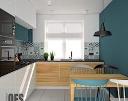 Kuchnia z morskim akcentem - Średnia zamknięta biała niebieska kuchnia w kształcie litery l z oknem, styl nowoczesny - zdjęcie od OES architekci