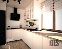 Industrialny salon z kuchnią - medziane i granatowe dodatki - Średnia zamknięta biała kuchnia w kszt ... - zdjęcie od OES architekci - Homebook