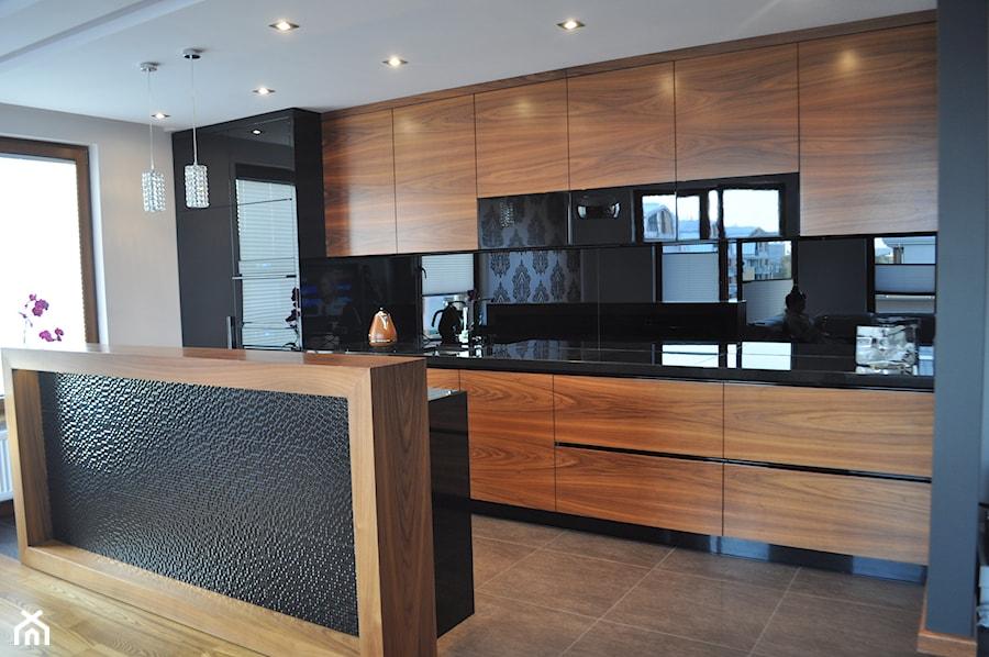 mieszkanie w Krakowie  Średnia otwarta kuchnia jednorzędowa z wyspą, styl no   -> Kuchnia W Kolorze Orzech Amerykanski