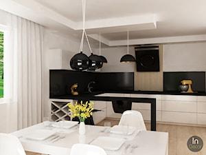Projekt domu jednorodzinnego - Duża otwarta biała czarna kuchnia w kształcie litery l, styl nowoczesny - zdjęcie od InDecor
