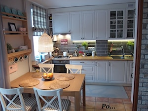 Średnia biała szara kuchnia jednorzędowa w aneksie, styl tradycyjny - zdjęcie od karolina0606