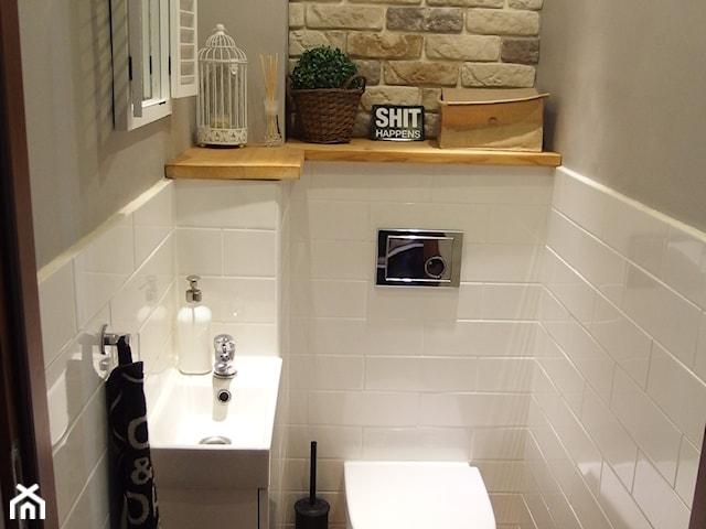 Aranżacja małej toalety. Jak urządzić funkcjonalną przestrzeń?