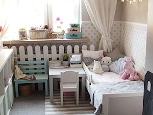 Mieszkanie hand made :) - Mały beżowy pokój dziecka dla dziewczynki dla malucha, styl klasyczny - zdjęcie od karolina0606