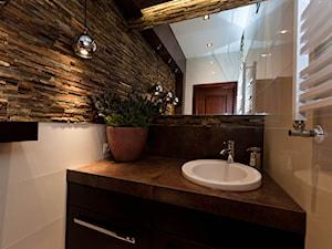 MAŁA ŁAZIENKA Z KAMIENIEM - Mała biała łazienka z oknem, styl klasyczny - zdjęcie od All Design Agnieszka Lorenc