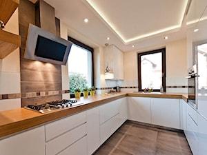 Dom 2 Kraków realizacja - Średnia biała beżowa kuchnia w kształcie litery u w aneksie, styl minimalistyczny - zdjęcie od All Design Agnieszka Lorenc