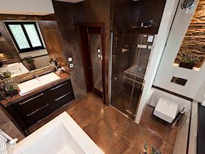 łazienka z kamieniem 2 - Duża biała brązowa łazienka w domu jednorodzinnym jako salon kąpielowy z oknem, styl klasyczny - zdjęcie od All Design Agnieszka Lorenc