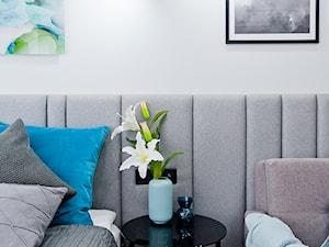 Realizacja projektu mieszkania na wynajem krótkoterminowy Kraków - Mała biała sypialnia małżeńska, styl nowoczesny - zdjęcie od All Design Agnieszka Lorenc