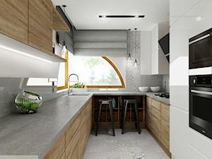 Dom z cegłą PROJEKT - Mała zamknięta wąska biała szara kuchnia jednorzędowa w aneksie z oknem, styl nowoczesny - zdjęcie od All Design Agnieszka Lorenc