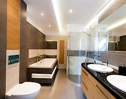 realizacja łazienka w szarosciach przałamana dębem - Duża beżowa brązowa łazienka bez okna, styl nowoczesny - zdjęcie od All Design Agnieszka Lorenc