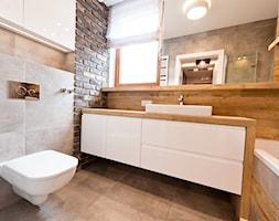 łazienka z ciemna cegłą - Średnia brązowa szara łazienka z oknem, styl nowoczesny - zdjęcie od All Design Agnieszka Lorenc