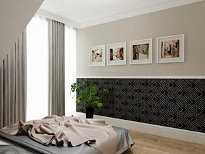 Projekt - Klasyczny dom pod Krakowem - Średnia beżowa sypialnia małżeńska na poddaszu z balkonem / tarasem, styl klasyczny - zdjęcie od All Design Agnieszka Lorenc