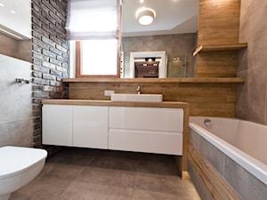 łazienka z ciemna cegłą - Średnia beżowa szara łazienka z oknem, styl nowoczesny - zdjęcie od All Design Agnieszka Lorenc