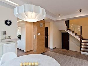 Dom 2 Kraków realizacja - Średnia otwarta beżowa żółta jadalnia w salonie, styl minimalistyczny - zdjęcie od All Design Agnieszka Lorenc