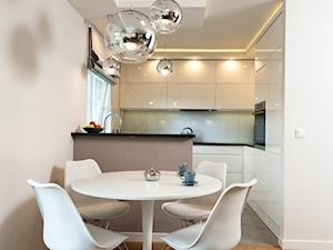 Realizacja mieszkanie Kraów - Mała otwarta biała jadalnia w salonie, styl nowoczesny - zdjęcie od All Design Agnieszka Lorenc