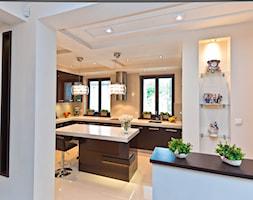 Klasyczny dom - Duża zamknięta biała kuchnia w kształcie litery l w aneksie z wyspą z oknem, styl klasyczny - zdjęcie od All Design Agnieszka Lorenc