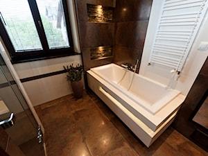 łazienka z kamieniem 2 - Mała beżowa brązowa łazienka w domu jednorodzinnym z oknem, styl klasyczny - zdjęcie od All Design Agnieszka Lorenc