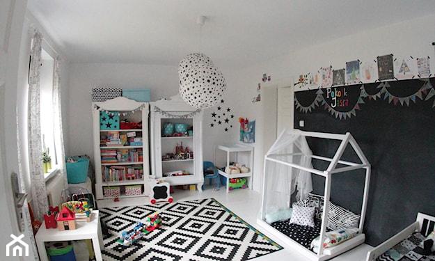 biało-czarny pokój dziecka, czarna farba tablicowa, łóżko-domek, biało-czarny dywan