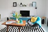 mały salon z kolorowymi dodatkami